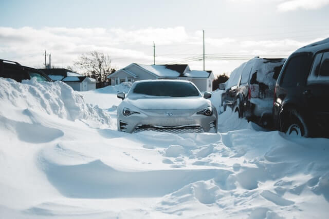 Auto in Schnee