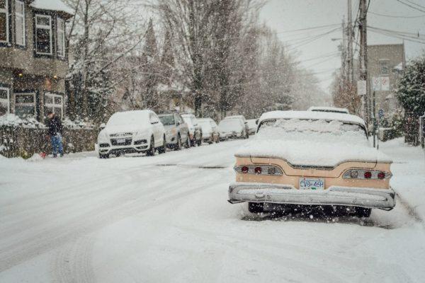 Fahrzeug im Schnee auf einer beschneiten Straße im Winter