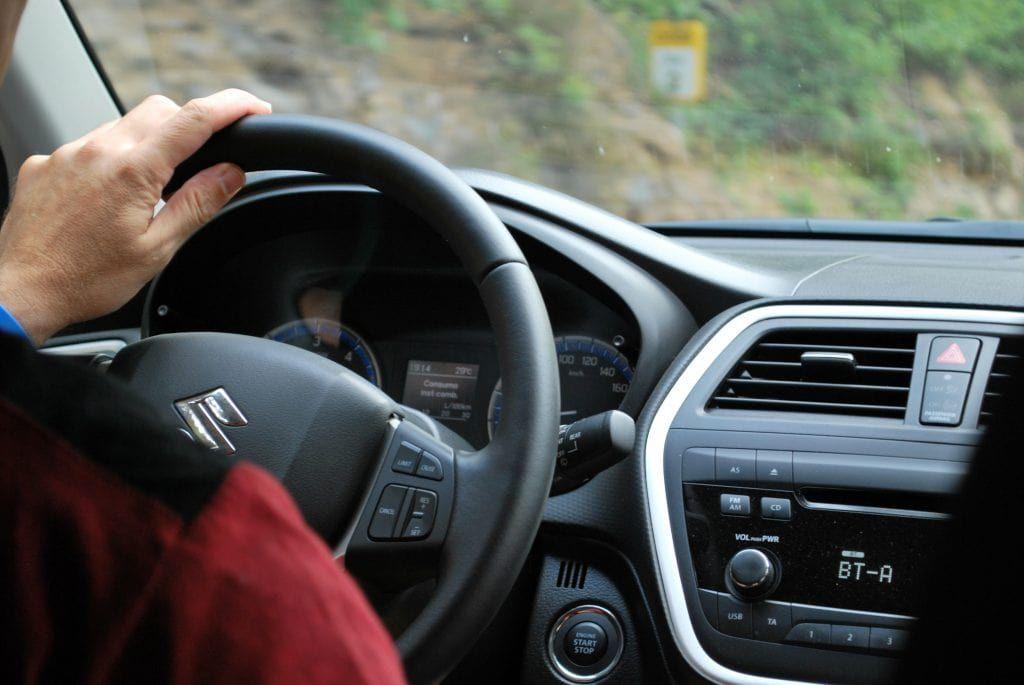 Fahrer am Steuer zum Bezug auf Fahrerassistenzsysteme