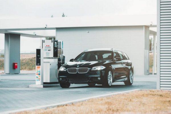Fahrzeug tankt an der Tankstelle