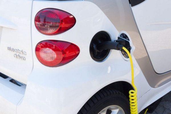 Elektroauto wird an der Ladesäule geladen.