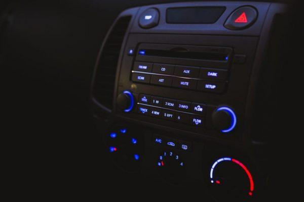 Ein Autoradio aus der Perspektive des Beifahrers.