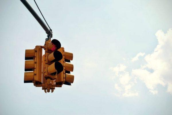 Rote Ampel als Zeichen für den Verstoß des Überfahrens einer roten Ampel