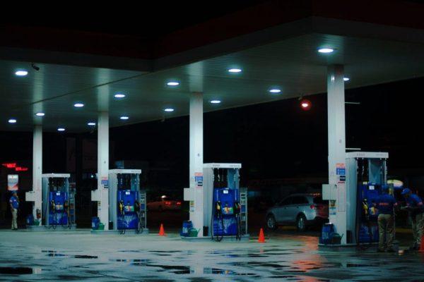 Tankstelle im Dunkeln
