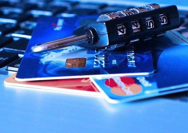 Kredit- und Tankkarten liegen auf einer Tastatur.