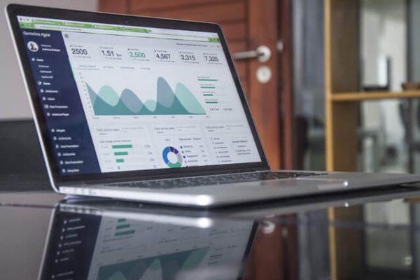 Statistiken auf einem Laptop mit Übersicht über Fuhrparkkosten