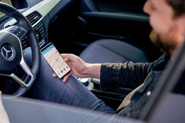 Person nutzt die Vimcar App im Auto zur Fahrzeugverwaltung