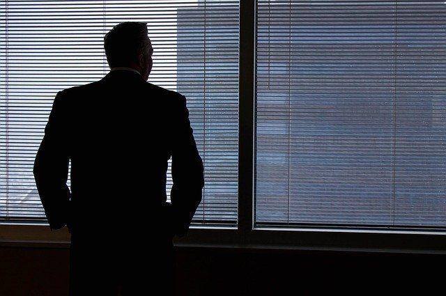 Geschäftsmann blickt aus dem Fenster.