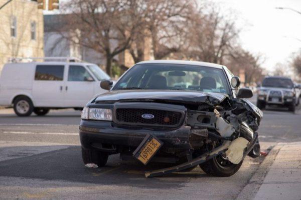 Fahrzeug nach einem Unfall mit einem Schaden an der Frontseite.