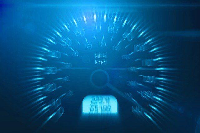 Tacho eines Autos zeigt die höchste Geschwindigkeit an.