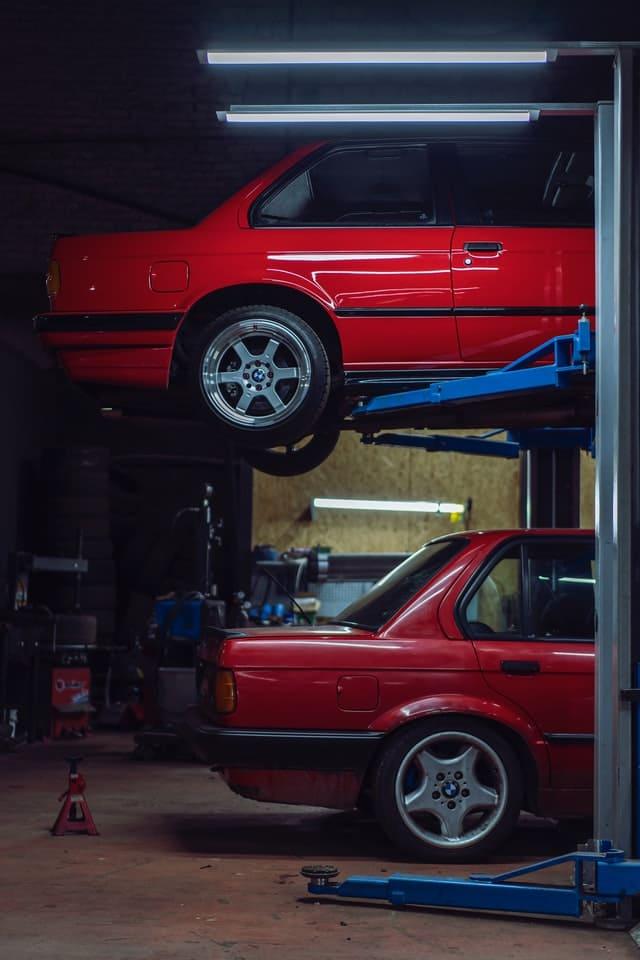Einblick in eine Autowerkstatt.