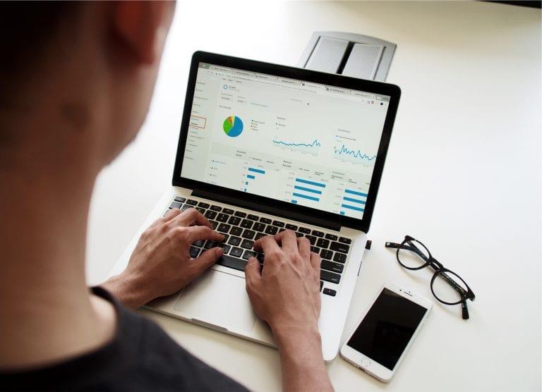 Übersicht über die Fuhrparksoftware auf einem Laptop.