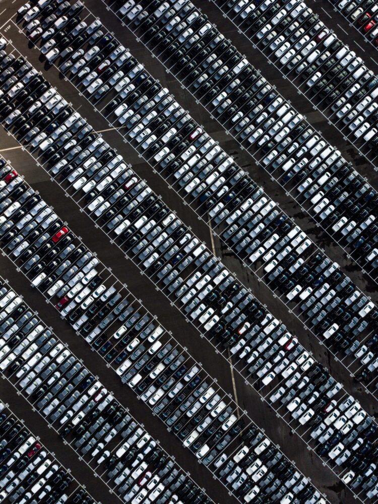 Fahrzeuge stehen auf einem Unternehmensparkplatz