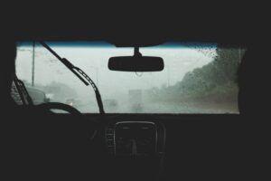 Windschutzscheibe bei Regen mit Scheibenwischer