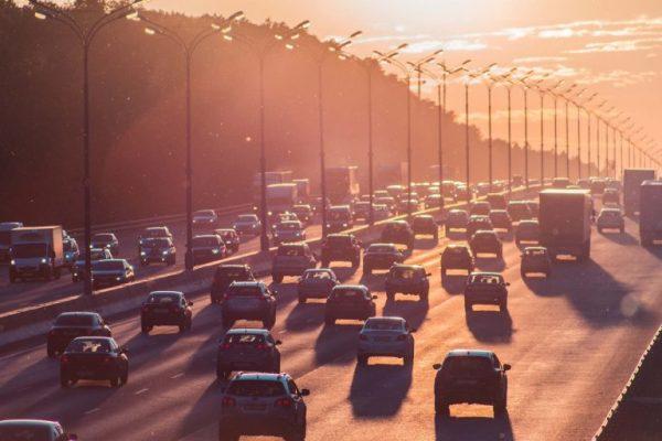 eine Autobahn mit Fahrzeugen