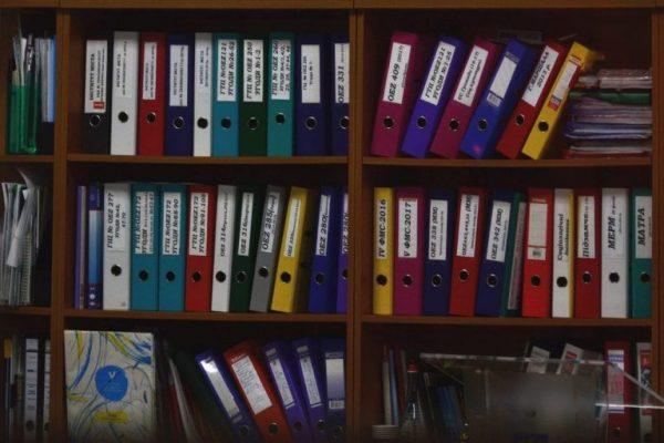 Dokumentenverwaltung in einem Regal
