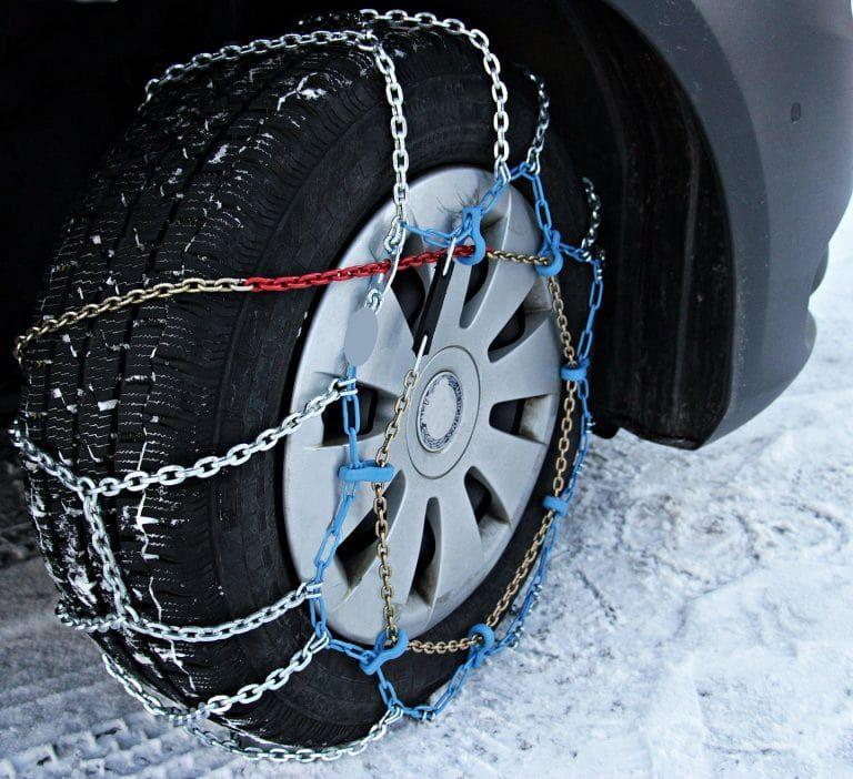 Schneeketten am Reifen im Winter
