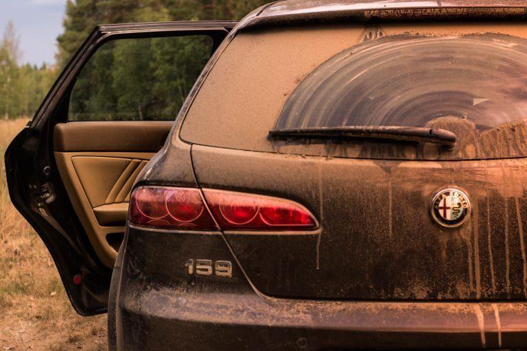 Schmutzige Rückscheibe eines Fahrzeuges