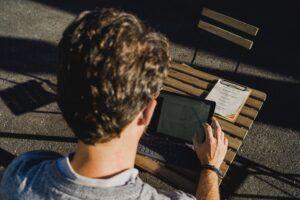 Person schaut GPS Tracker auf dem iPad