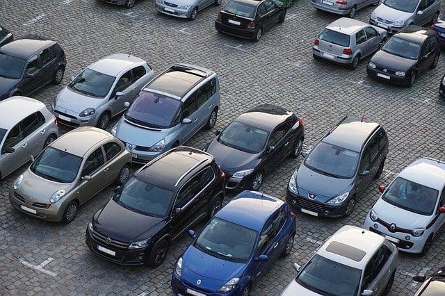 Gebrauchtwagen stehen auf einem Parkplatz