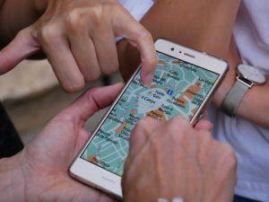 Personen schauen auf eine Karte auf dem Smartphone