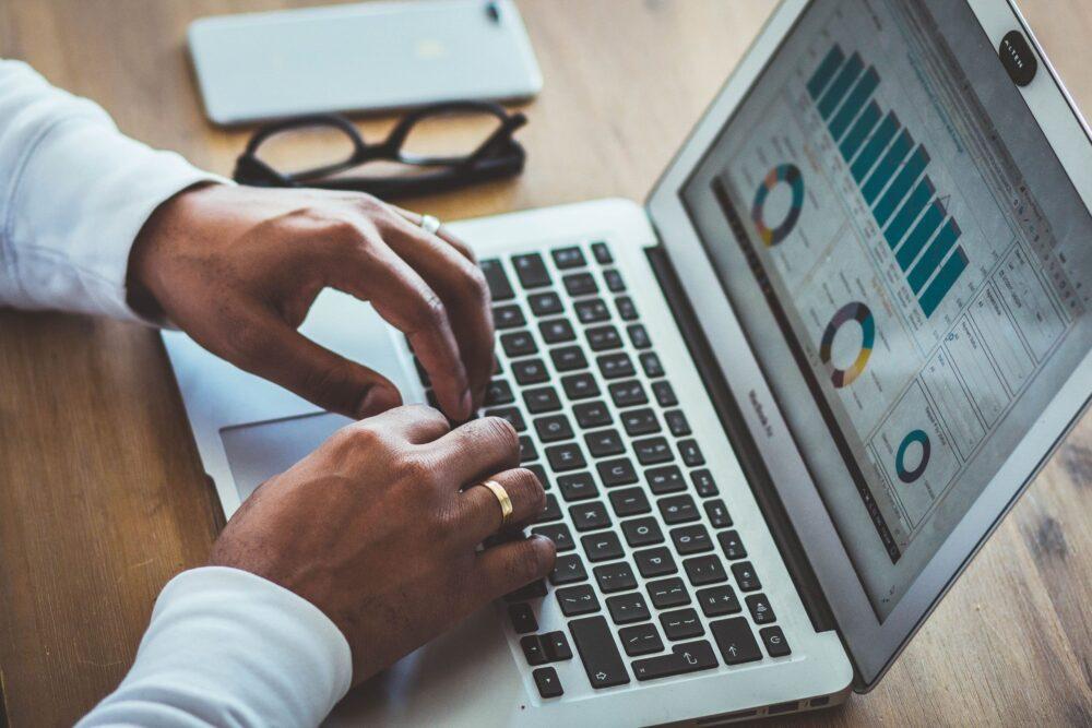ein Laptop zeigt Kosten im Fuhrpark in einer Software