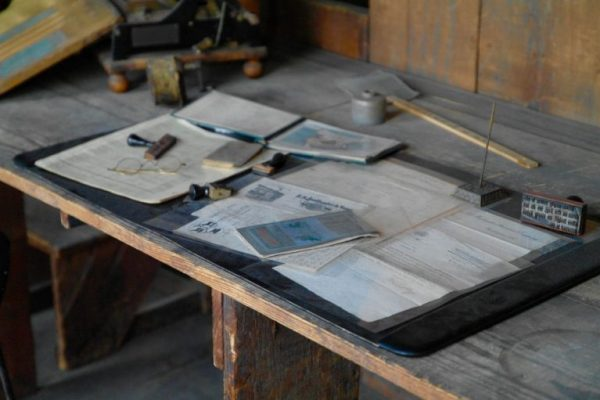 Unterlagen auf einer Werkbank