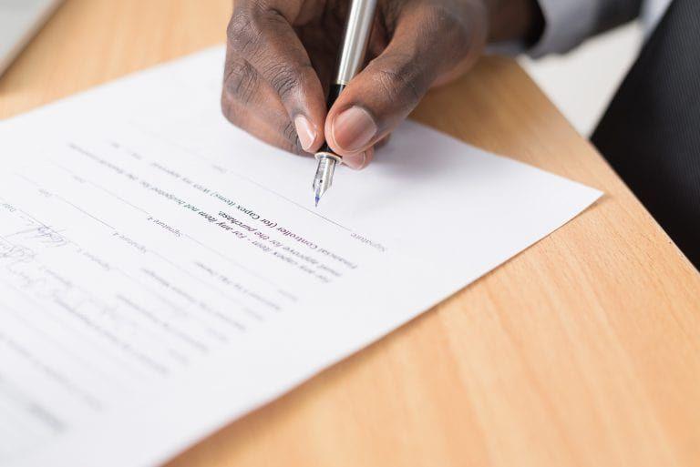 Unterschreiben des Leasingvertrags