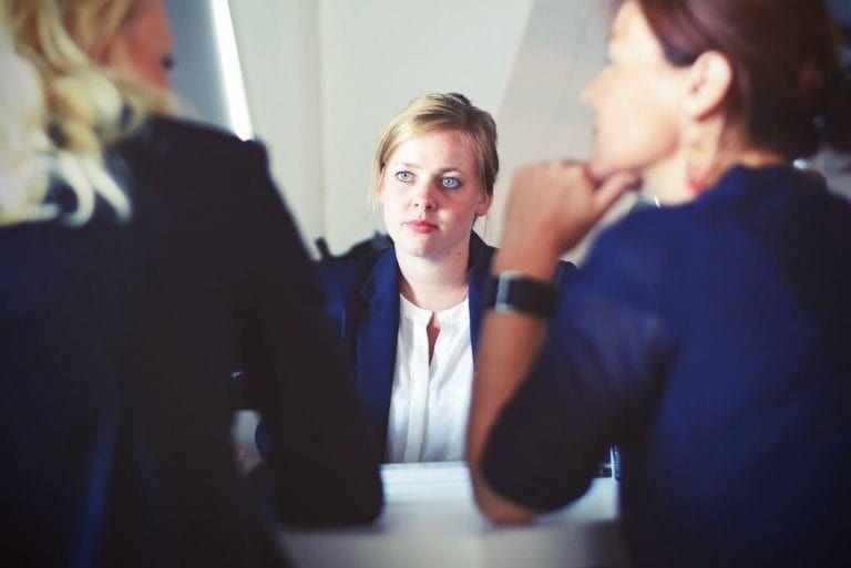 Mitarbeiterin sitzt vor Ihren Vorgesetzten zum Gespräch