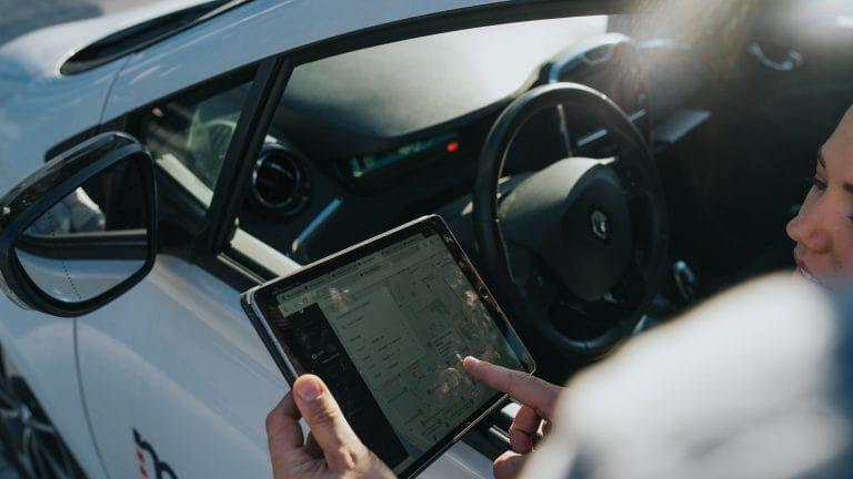 Personen schauen auf dem iPad die Routendokumentation an.