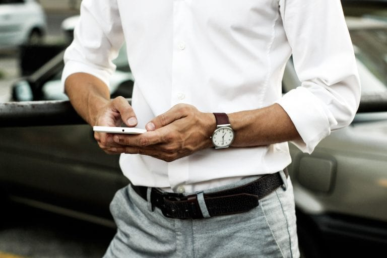 Person nutzt digitale Schlüsselverwaltung auf dem Smartphone.