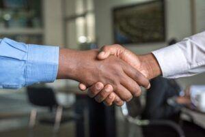 Handschlag des Kunden mit dem Steuerberater seiner Wahl.