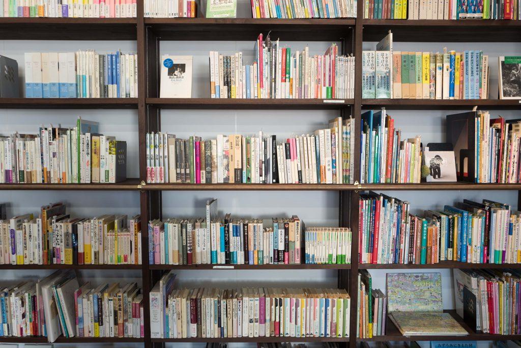 Bücherregal mit Unterlagen