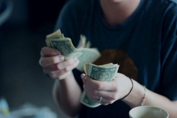 Person zählt Geld in der Hand