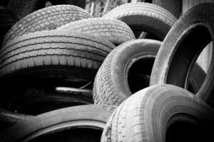 Es liegen Reifen übereinander gestapelt.