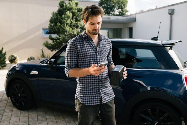 Mann hat eine Schlüsselbox in der Hand
