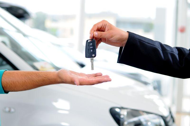 Schlüsselübergabe im Autohaus