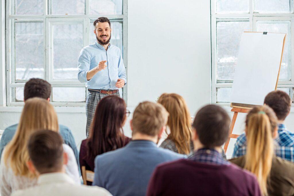 Mann hält Vortrag vor einer Gruppe