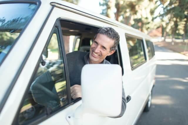 ein lächelnder Fahrer im Flottenfahrzeug