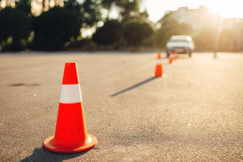 Verkehrsleitkegel auf Übungsstrecke