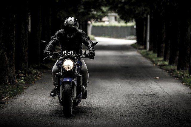ein Mottorradfahrer