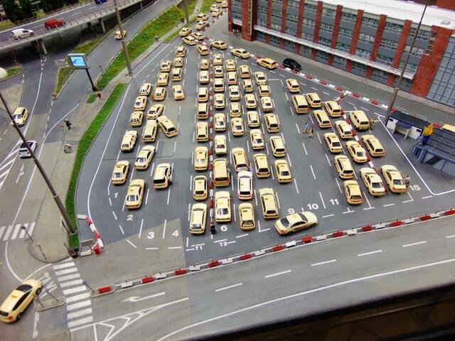 ein Fuhrpark bestehend aus Taxis