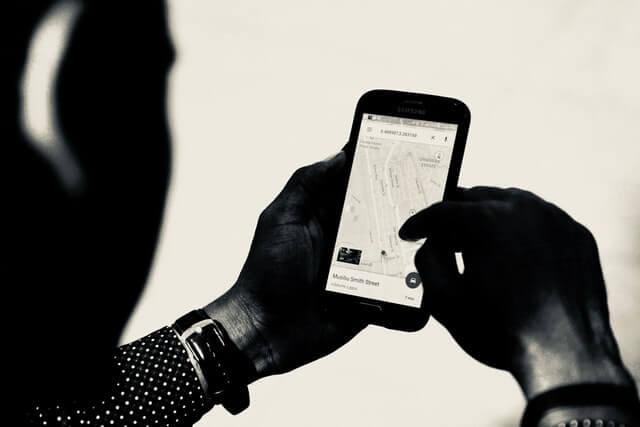 Smartphone mit GPS Ortungssystem geöffnet