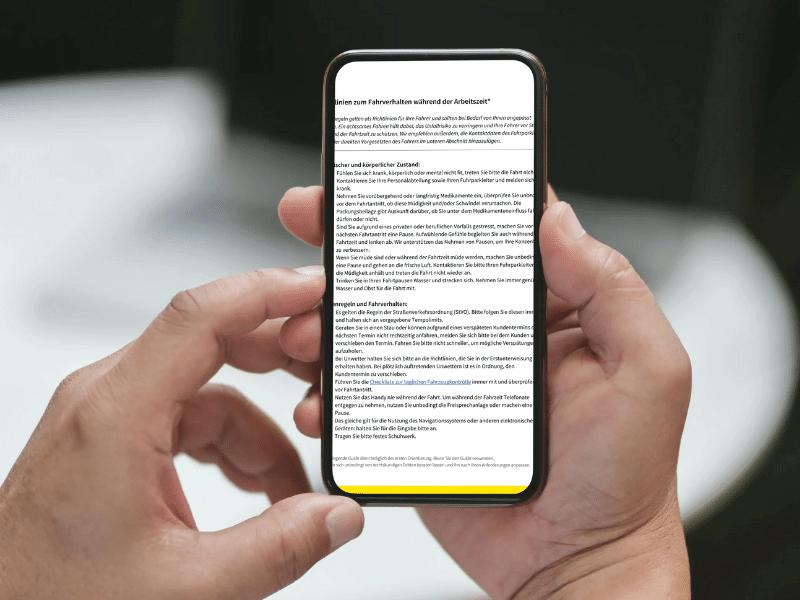 Ratgeber zum Fahrverhalten auf Smartphone geöffnet