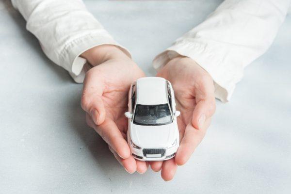 Spielzeugauto wird vorsichtig in den Händen gehalten