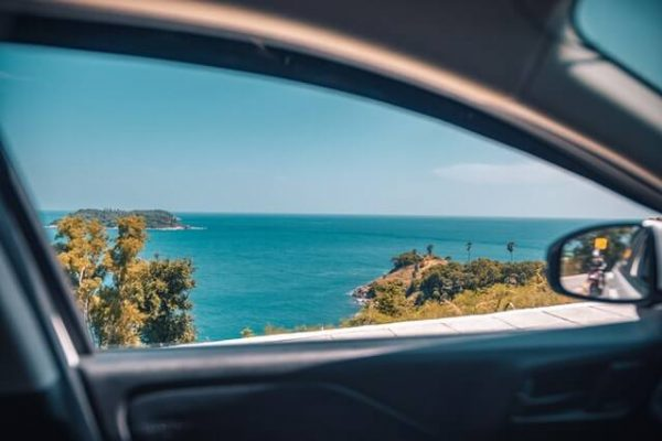 Blick aus Fahrzeug aufs Meer