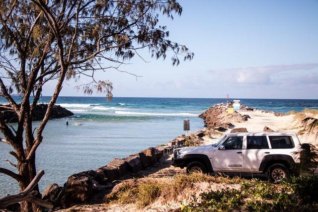Ein Auto steht an der Küste.