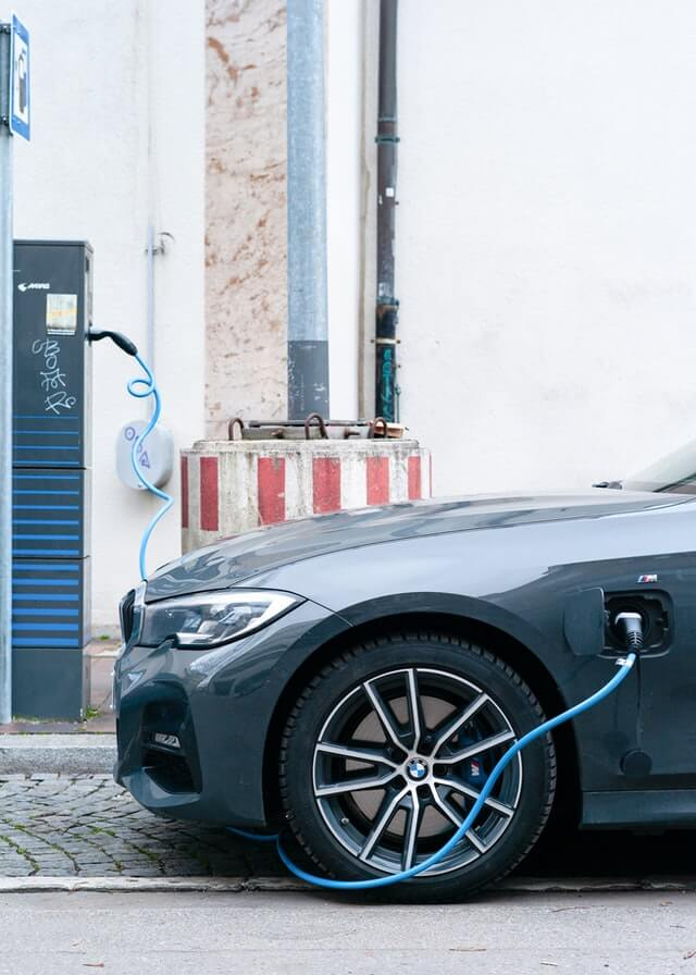 Elektroauto lädt an Ladestation
