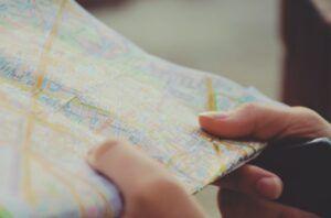 Person hält Landkarte in der Hand