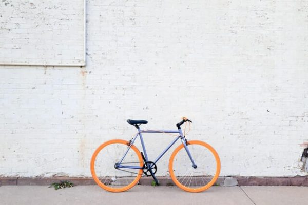 Fahrrad steht vor weißer Wand